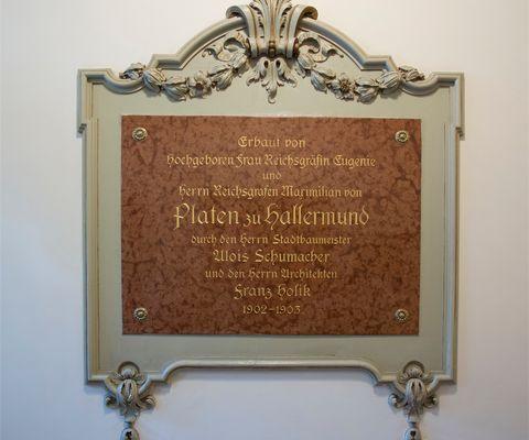 Marmortafel zur Erinnerung an Neubau 1902/1903
